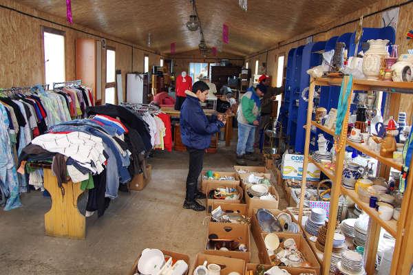 Magazinul de îmbrăcăminte, vesela și mobilier din Popesti - 2015 - Emmaus Iasi România