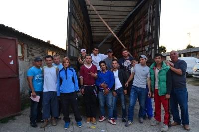 Déchargement d'un camion - Equipe de la fondation Un Coup de Main d'Emmaüs Iasi