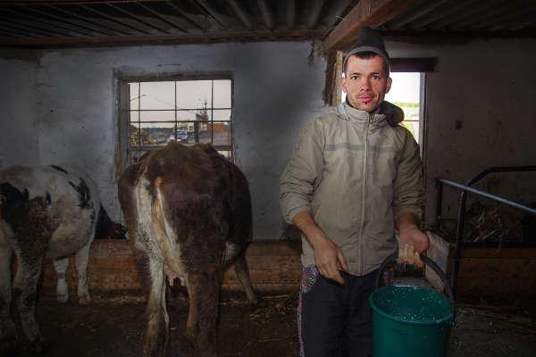 Andrei, companion la Popesti în 2015 ... la serviciu în hambar - Emmaus Iasi România