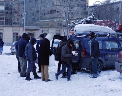 """Programme de maraude """"Prânzul de Noapte"""" - Distribution de sandwichs et repas chauds dans la rue - Emmaüs Iasi Roumanie"""